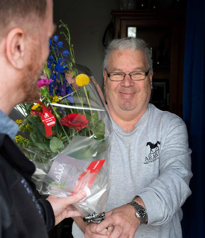 Page 24 of Wijkbeheerder Robert brengt een bloemetje